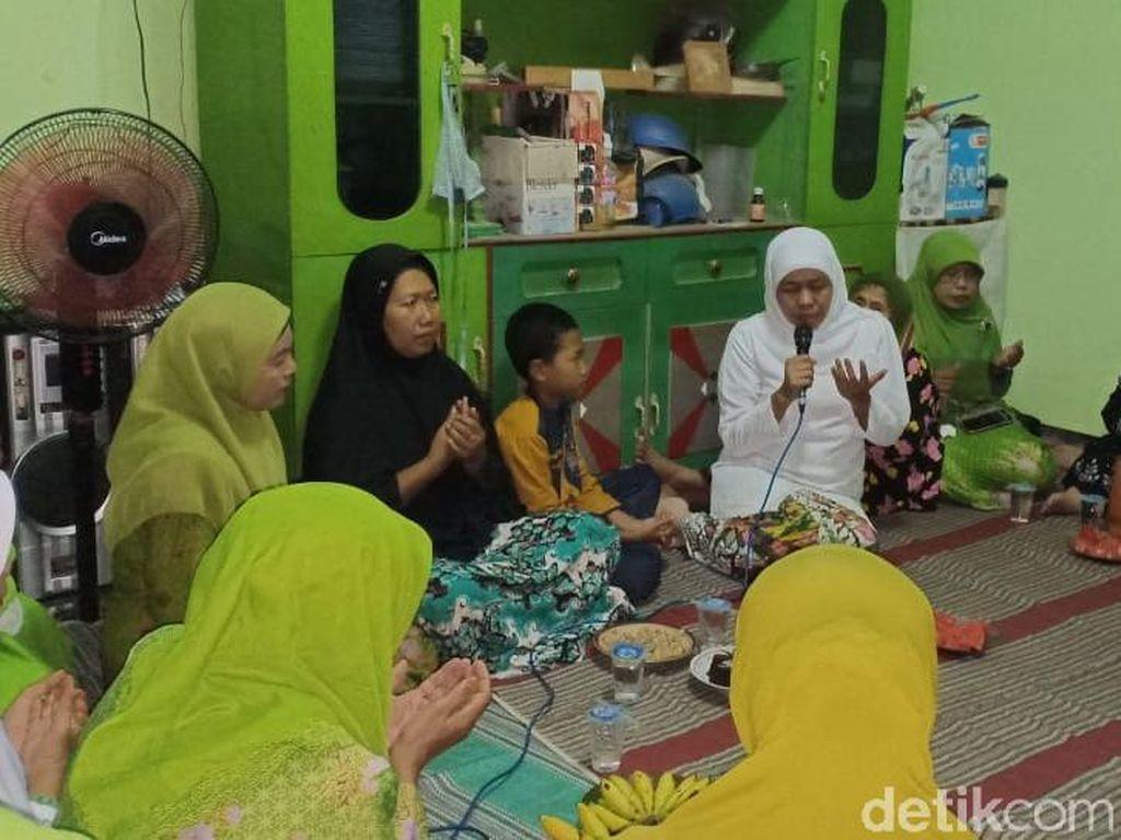Takziah ke Rumah Korban Bom Gereja, Khofifah: Doakan Bapaknya ya Nak