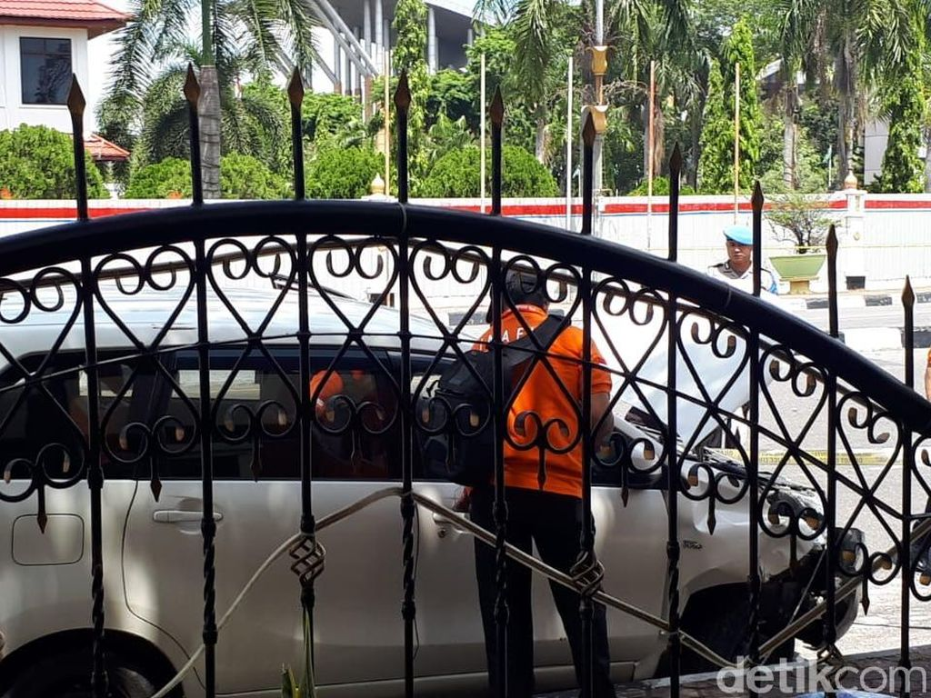 Foto: Mobil Terduga Teroris Penyerang Polda Riau Diperiksa