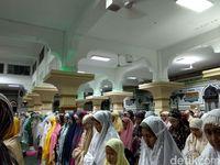 Begini Suasana Tarawih Pertama di Masjid Agung Al Azhar