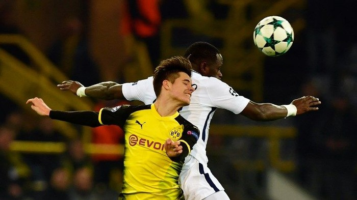 Dortmund's German midfielder Julian Weigl (L) and Tottenham Hotspur's French midfielder Moussa Sissoko vie for the ball during the UEFA Champions League Group H football match BVB Borussia Dortmund v Tottenham Hotspur at the BVB Stadion on November 21, 2017 in Dortmund, western Germany. / AFP PHOTO / John MACDOUGALL