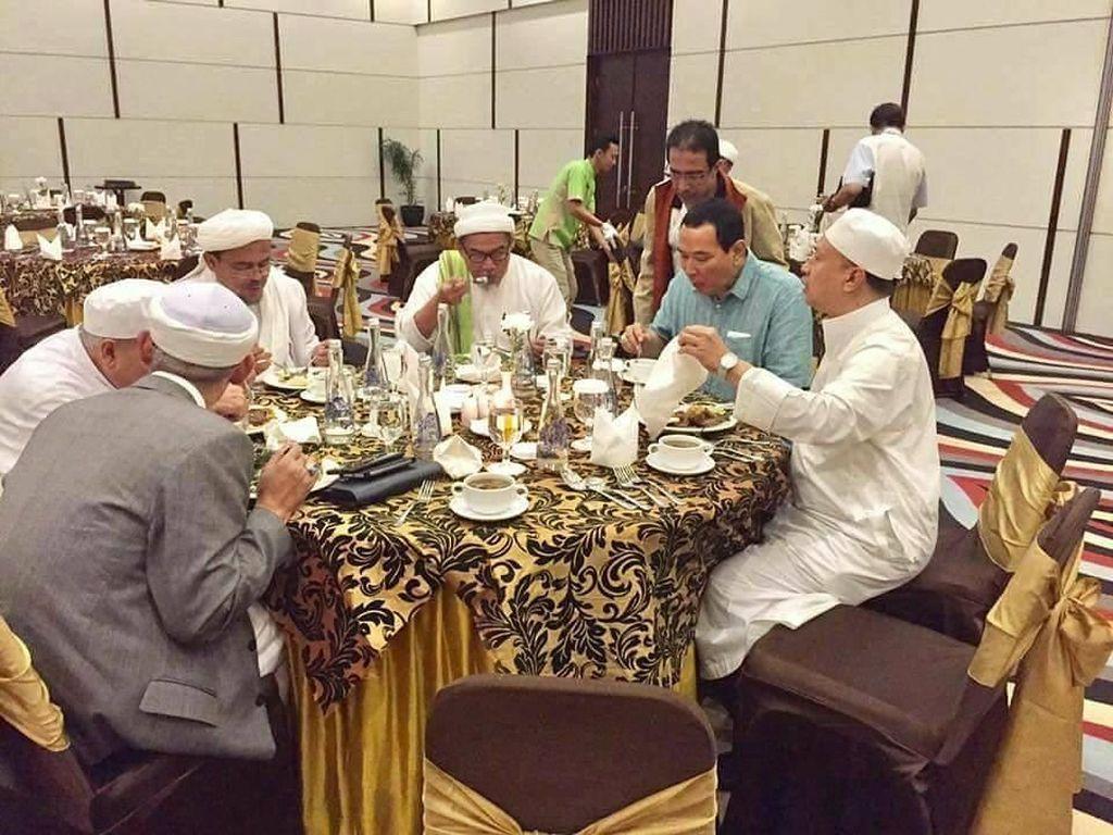 Begini Gaya Tommy Soeharto Saat Makan Bareng Habib Rizieq dan Anies Baswedan