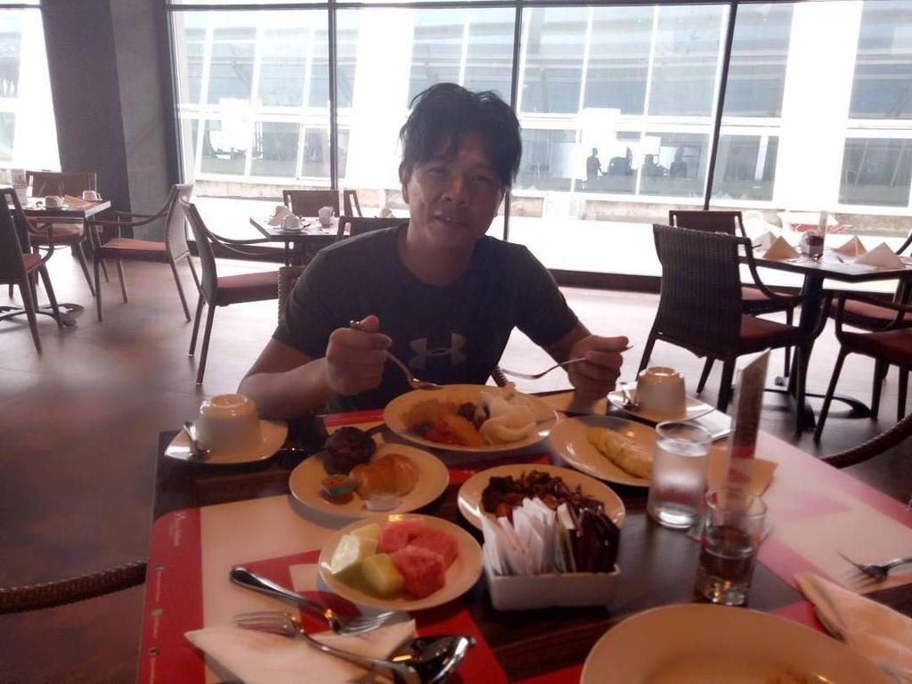 Intip Potret Babang Tamvan, Andika Mahesa Saat Sedang Makan dan Masak
