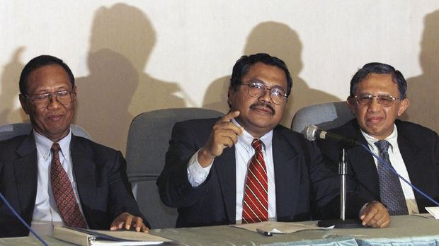 Mantan Menteri Keuangan Rizal Ramli (tengah) menilai Indonesia merupakan satu-satunya negara yang menerima bantuan sekaligus nasihat IMF.