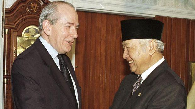 Paket bantuan IMF yang diberikan pada Indonesia saat terjadi krisis ekonomi 1998 justru membuat kondisi perekonomian makin terpuruk.