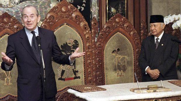 Gestur Michel Camdessus saat Presiden Soeharto menandatangani letter of intent dikritik karena menunjukkan sikap arogansi terhadap Indonesia yang memang berada dalam posisi lemah.