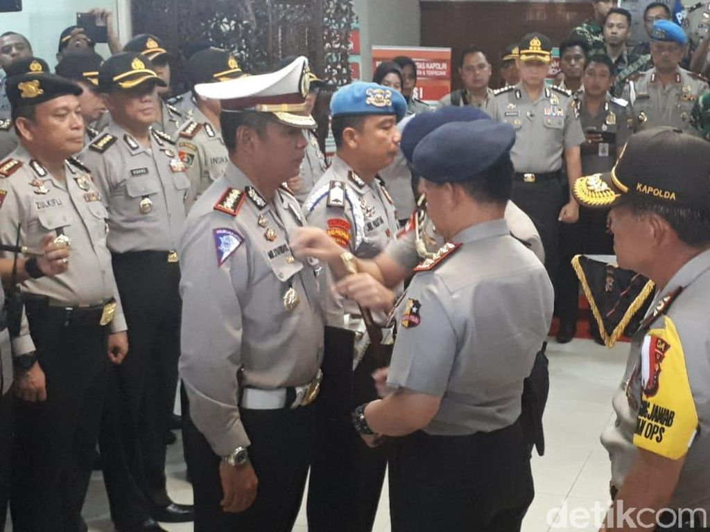 Pin Emas untuk Perwira Penembak 3 Teroris Riau