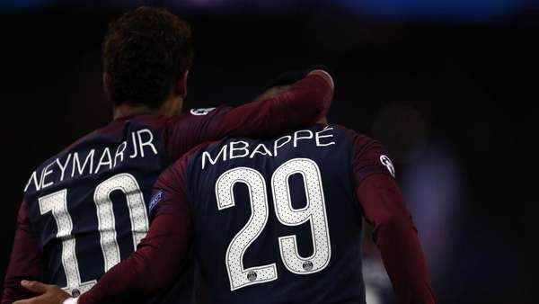Neymar dan Mbappe Rebutan Patung King Kong
