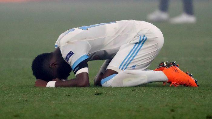 Kekecewaan Bouna Sarr setelah Marseille kalah dari Atletico Madrid di final Liga Europa (Foto: Christian Hartmann/Reuters)