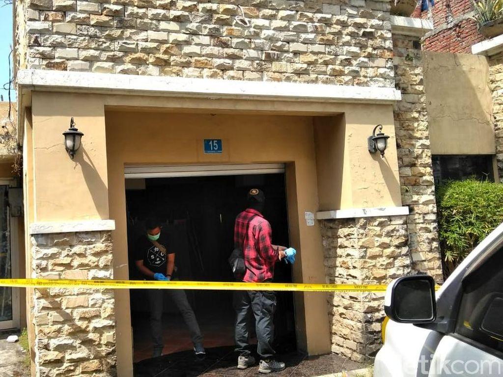 Densus 88 Geledah Rumah Orang Tua Terduga Teroris Dukuh Pakis