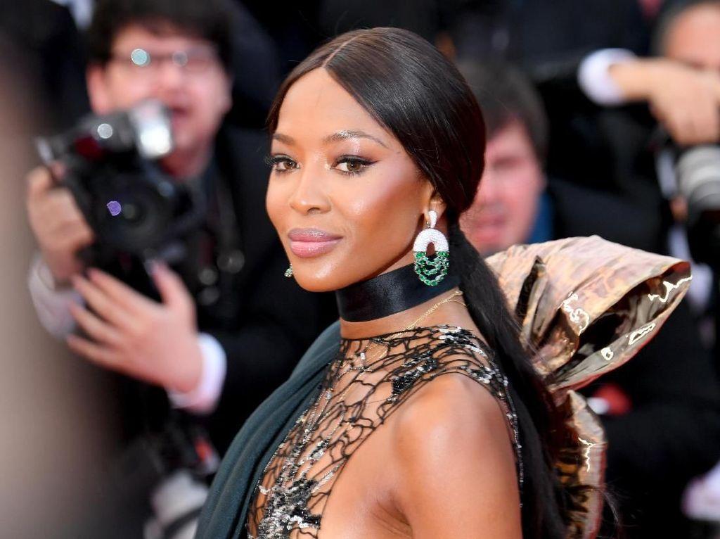 Naomi Campbell Pakai Gaun Bernoda Darah Seperti Habis Ditembak