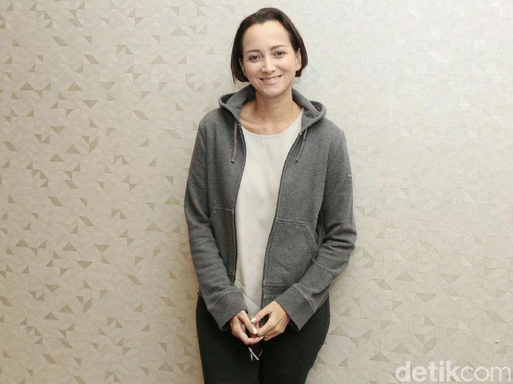 Karina Suwandi Tulis Surat hingga Nangis di Film Terbaru