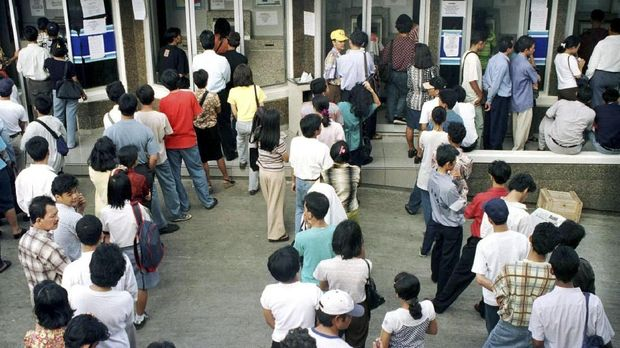 Krisis ekonomi 1998 membuat masyarakat berbondong-bondong menarik uang tunai dari bank.