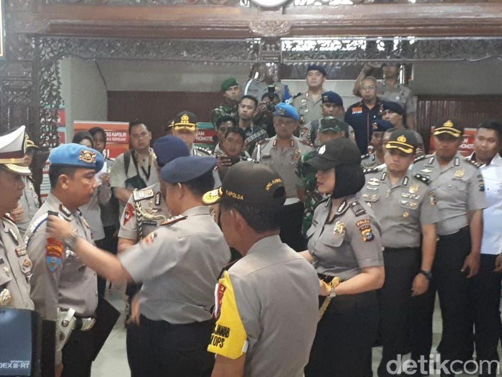 Kapolri Naikkan Pangkat Polisi Korban Penyerangan Mapolda Riau