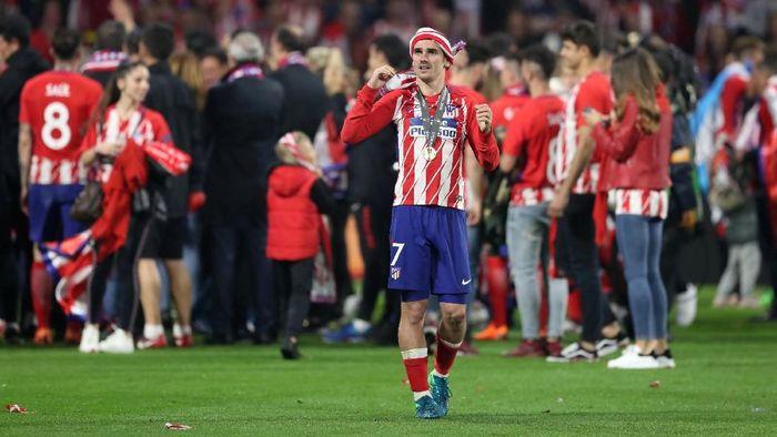 Kegembiraan Antoine Griezmann setelah Atletico Madrid menjuarai Liga Europa (Foto: Peter Cziborra/Reuters)