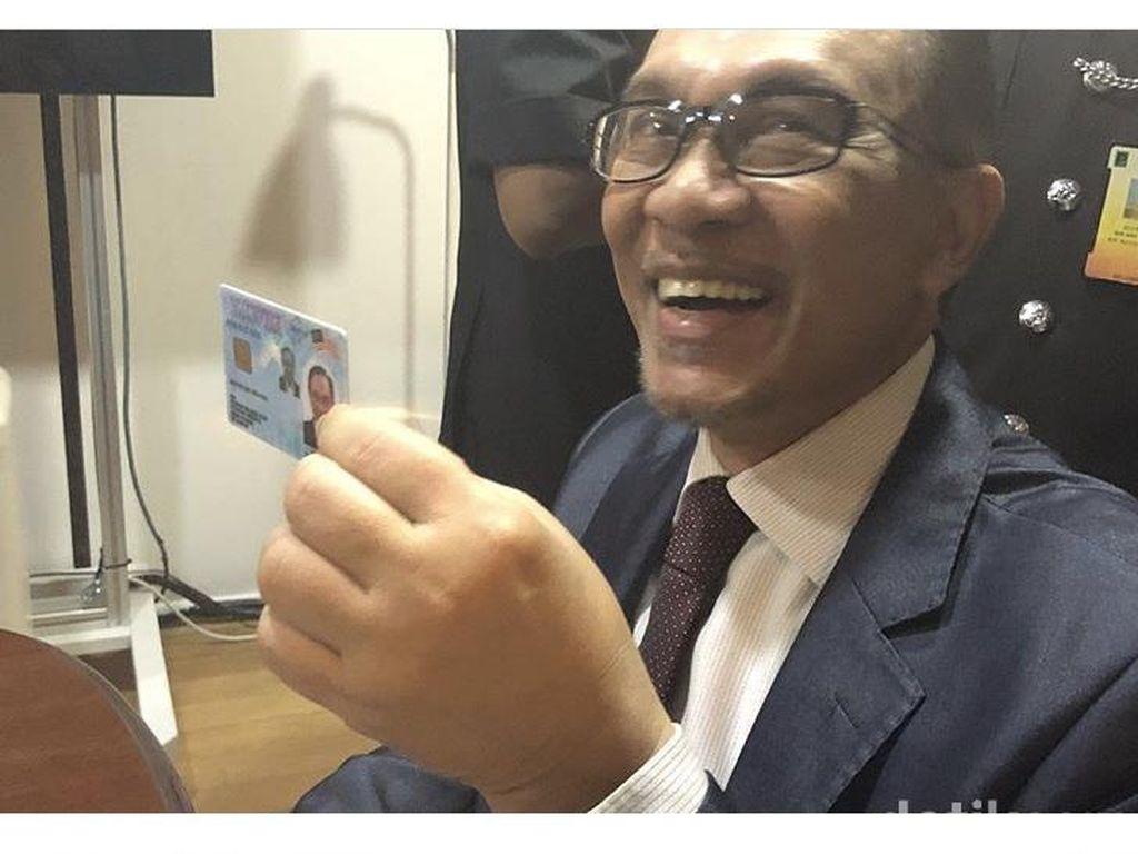 Momen Bahagia Bebasnya Anwar Ibrahim dari Jeruji Besi