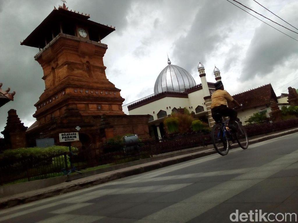 Diduga Salah Paham, Tukang Foto Pukul Peziarah di Menara Kudus