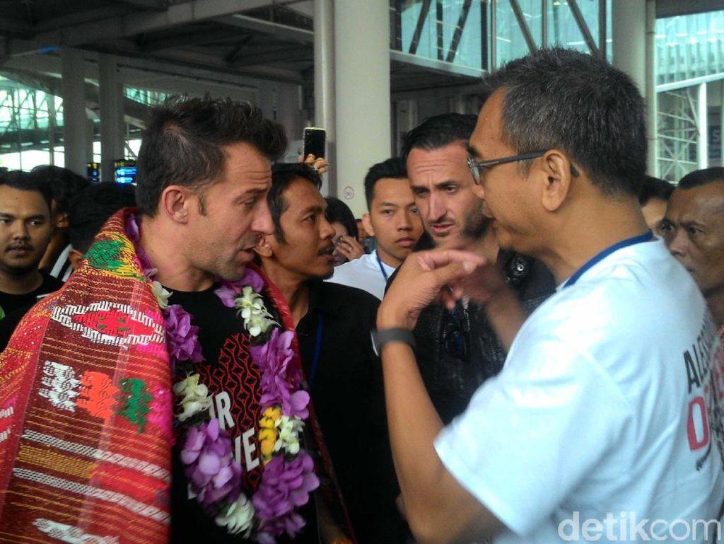 Tiba di Medan, Del Piero Dikalungi Kain Ulos
