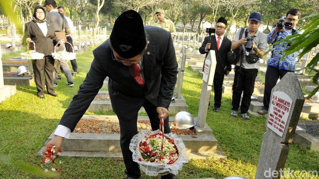 Menkominfo Peringati Harkitnas dengan Tabur Bunga di TMP Kalibata