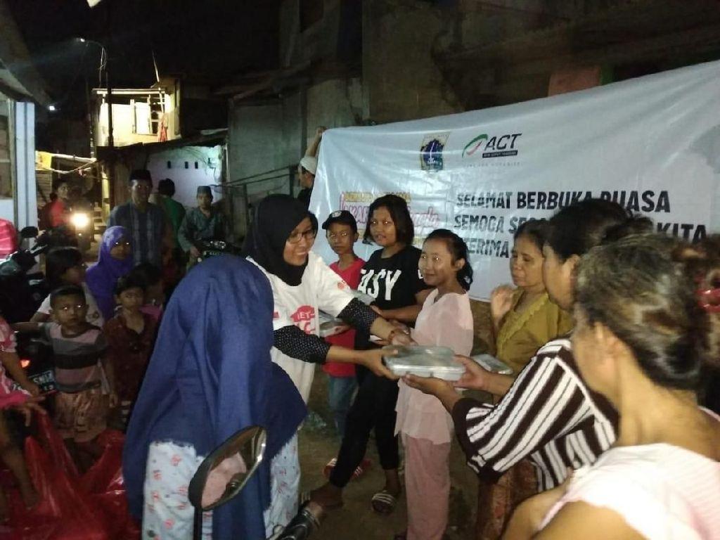 Asyiknya Warga di 111 RW se-DKI Jakarta Dapat Bukber Gratis