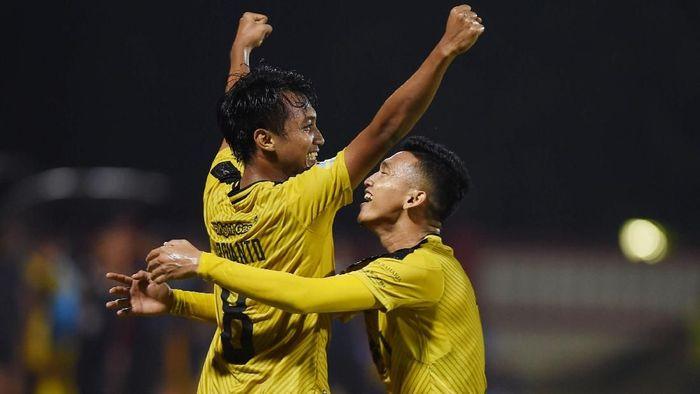 Pesepak bola Bhayangkara FC Muhamad Hargianto (kiri) melakukan selebrasi bersama rekannya Dendy Sulistyawan (kanan) usai mencetak gol ke gawang Mitra Kukar dalam laga lanjutan Liga 1 di Stadion PTIK, Jakarta, Kamis (17/5).  ANTARA FOTO/Akbar Nugroho Gumay/ama/18