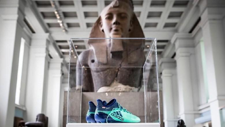 Masuk British Museum, Sepatu Salah Berdampingan dengan Patung Ramses II