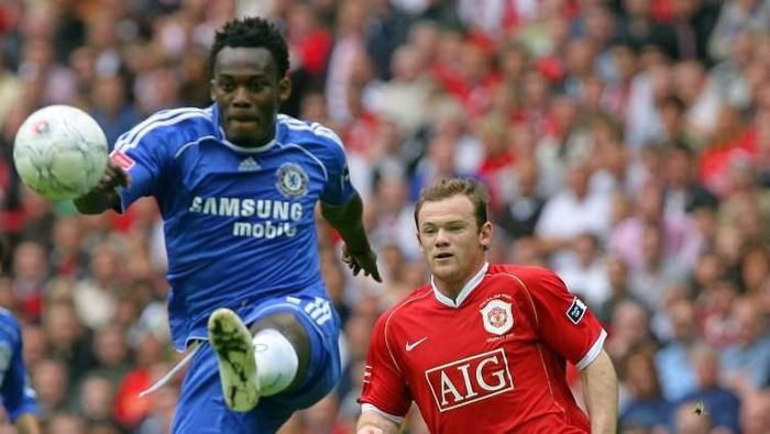 Manchester Uniteds Wayne Rooney (R) vies for the ball against Chelseas Michael Essien at Wembley Stadium in London, 19 May 2007, during the FA Cup Final football match. AFP PHOTO/CARL DE SOUZA