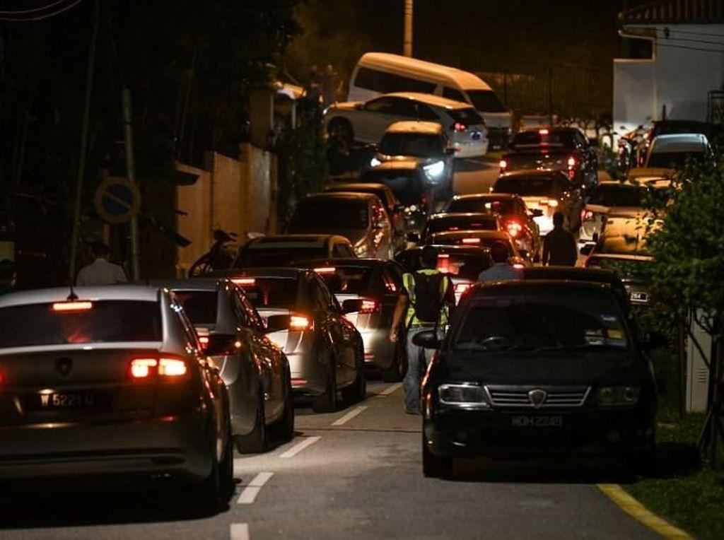 Bawa Kotak Misterius, 4 Mobil Polisi Tinggalkan Rumah Najib