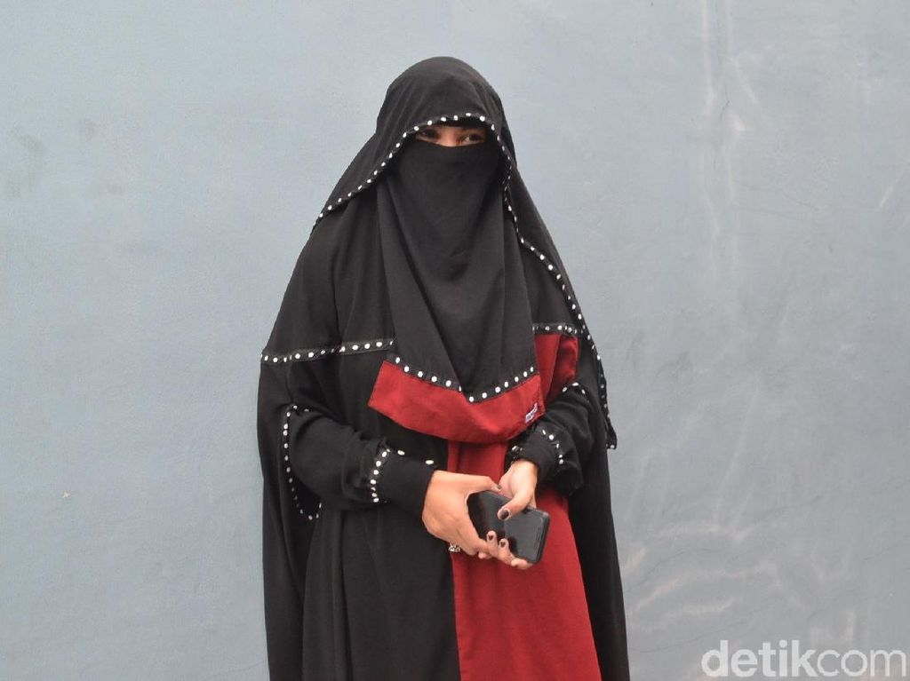 7 Gaya Indadari, Mantan Istri Caisar yang Selalu Berbusana Cadar Hitam