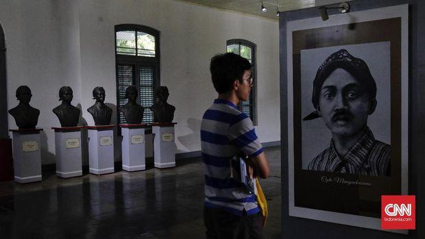 Pelajar mengamati diorama sejarah di Museum Kebangkitan Nasional (ex Gedung Stovia), Jakarta, Sabtu, 19 Mei 2018. Hari Kebangkitan Nasional yang diperingati pada tanggal 20 Mei merupakan refleksi mengenang masa dimana bangkitnya rasa dan semangat persatuan, kesatuan dan nasionalisme serta kesadaran untuk memperjuangkan kemerdekaan.