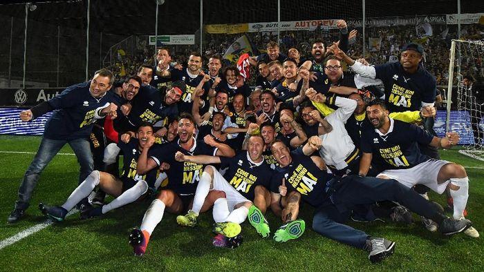 Kegembiraan para pemain Parma setelah dipastikan promosi ke Serie A (Foto: Alessandro Sabattini/Getty Images)