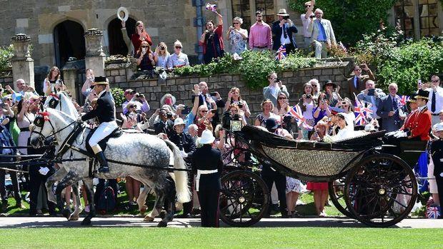 Fans bersorai gembira saat Pangeran Harry-Meghan melintas