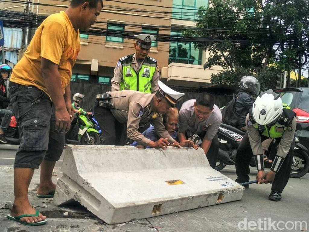 Polisi dan Warga Rapikan Kembali Beton Rekayasa Lalin di Mampang