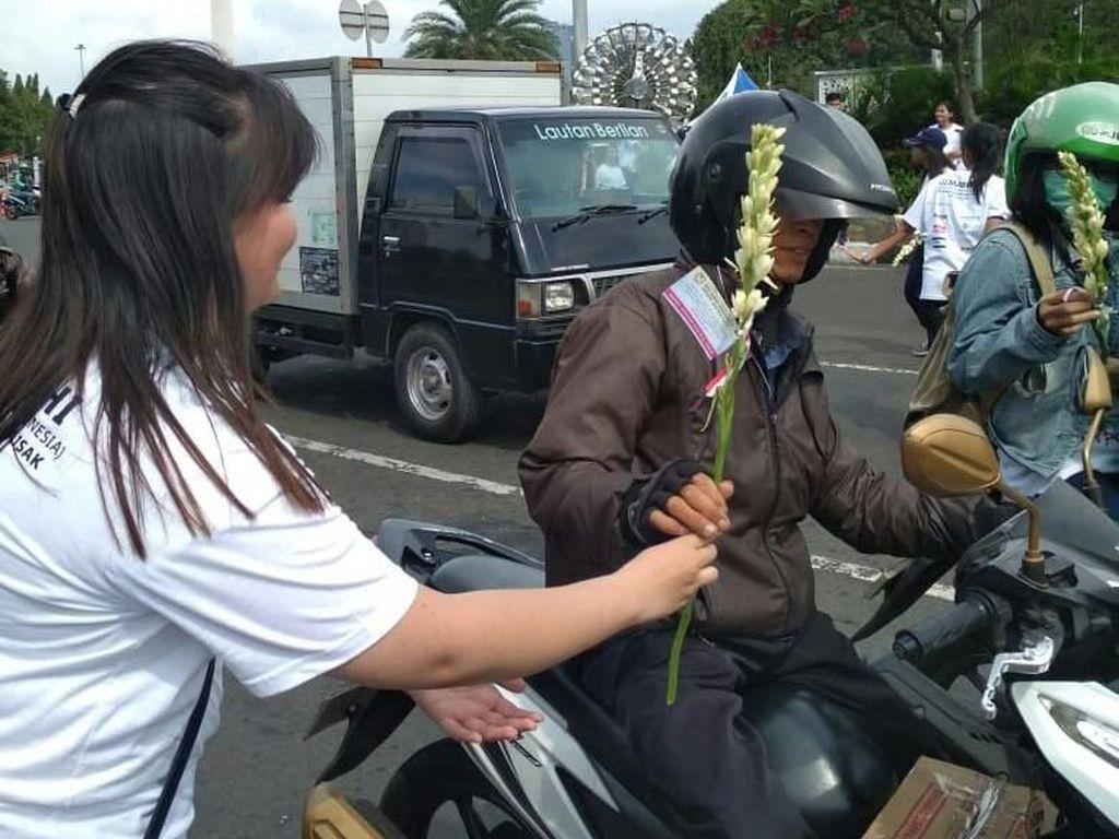 Aksi Damai Lawan Teroris, Muda-mudi Buddha Bagikan Bunga di Monas