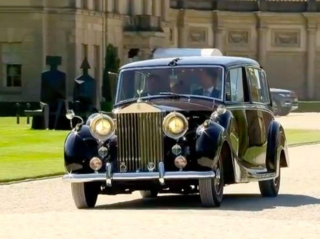 Royal Wedding Harry-Meghan Diawali Rolls-Royce Ditutup Kereta Kuda