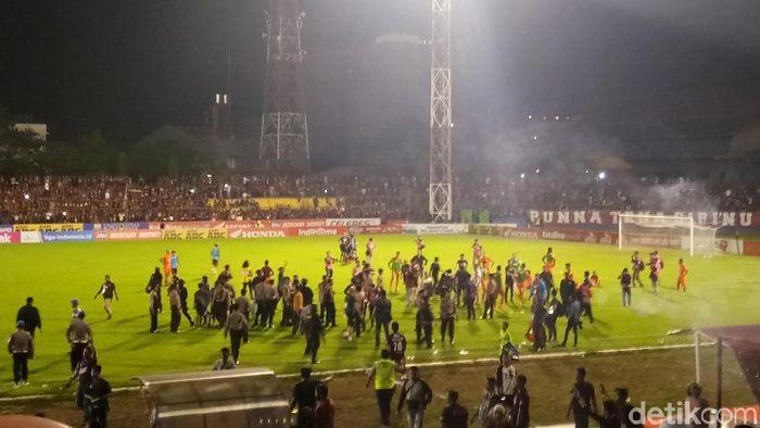 Polisi masuk lapangan di akhir laga PSM Makassar vs Borneo FC (Reinhard Soplantila/detikSport)