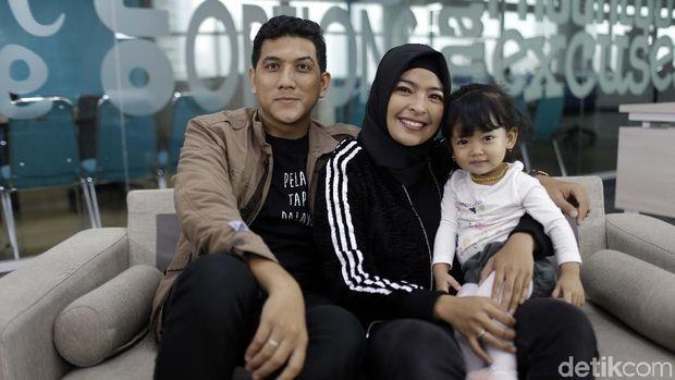 Tantri 'Kotak' bersama suami dan anak pertamanya
