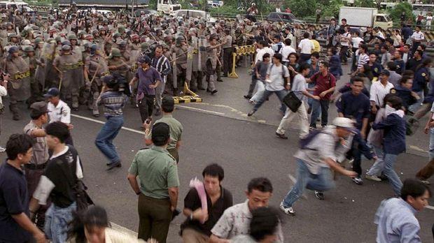 Demonstrasi mahasiswa sepanjang 1998 adalah motor pendorong lengsernya Soeharto dari jabatan Presiden RI.