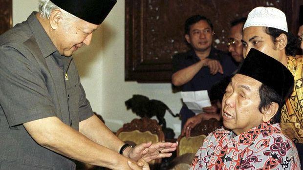 Soeharto ketika menemui tokoh masyarakat pada 19 Mei 1998. Salah satunya adalah Abdurrahman Wahid yang kemudian menjadi Presiden RI ke-4.
