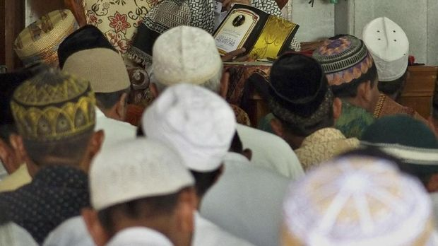 Umat muslim mengikuti pengajian di Masjid Agung Kauman, Semarang, Jawa Tengah, Kamis (17/5). Berbagai kegiatan dilakukan umat Islam untuk mengisi waktu puasa, antara lain dengan mengikuti tadarus dan ceramah dari pemuka agama. ANTARA FOTO/R. Rekotomo/kye/18.