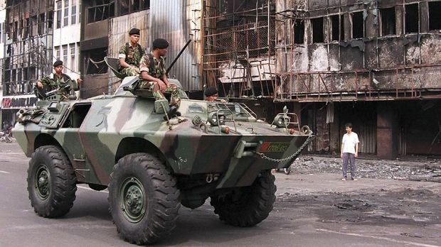 Pada Mei 1998 terjadi demonstrasi dan kerusuhan yang membuat tentara menjaga ketat Jakarta.