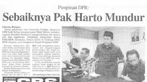 Berita pada koran nasional menunjukkan Ketua DPR/MPR Harmoko yang menyerukan pengunduran diri Soeharto.
