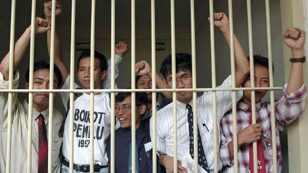 Aktivis PRD dan banyak tokoh lainnya yang bersebrangan dengan Soeharto dipenjarakan di LP Cipinang.