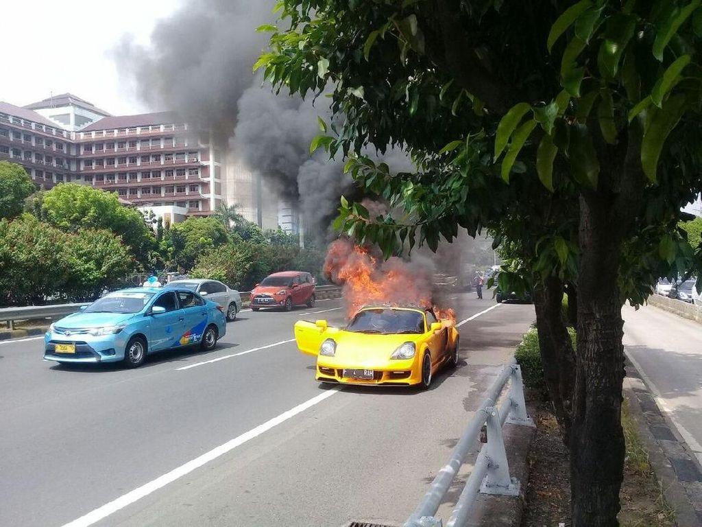 Mobil Sport Terbakar di KM 12 Tol Slipi Arah Grogol