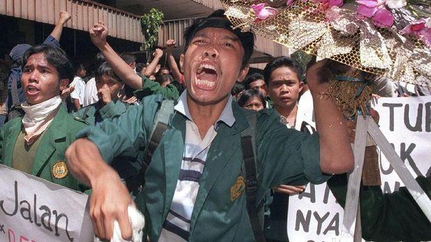 Mahasiswa berhasil menduduki gedung DPR/MPR sebelum Soeharto menyatakan berhenti dari jabatannya sebagai Presiden pada Mei 1998
