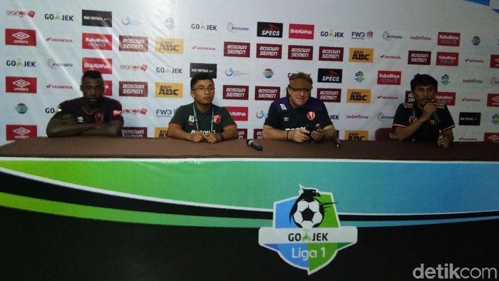 Pelatih PSM Makassar Robert Rene Alberts memuji Guy Junior yang mencetak gol kemenangan (Foto: Reinhard Soplantila)