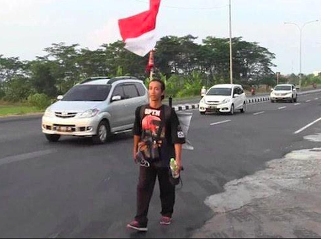Agus Jalan Kaki Menuju Jakarta, Minta Sopir Truk Diperhatikan Jokowi