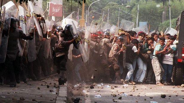 Kerusuhan 27 Juli di kantor PDIP Perjuangan. Budiman Sudjatmiko dan beberapa aktivis PRD lainnya ditangkap atas tuduhan mendalangi kerusuhan itu.