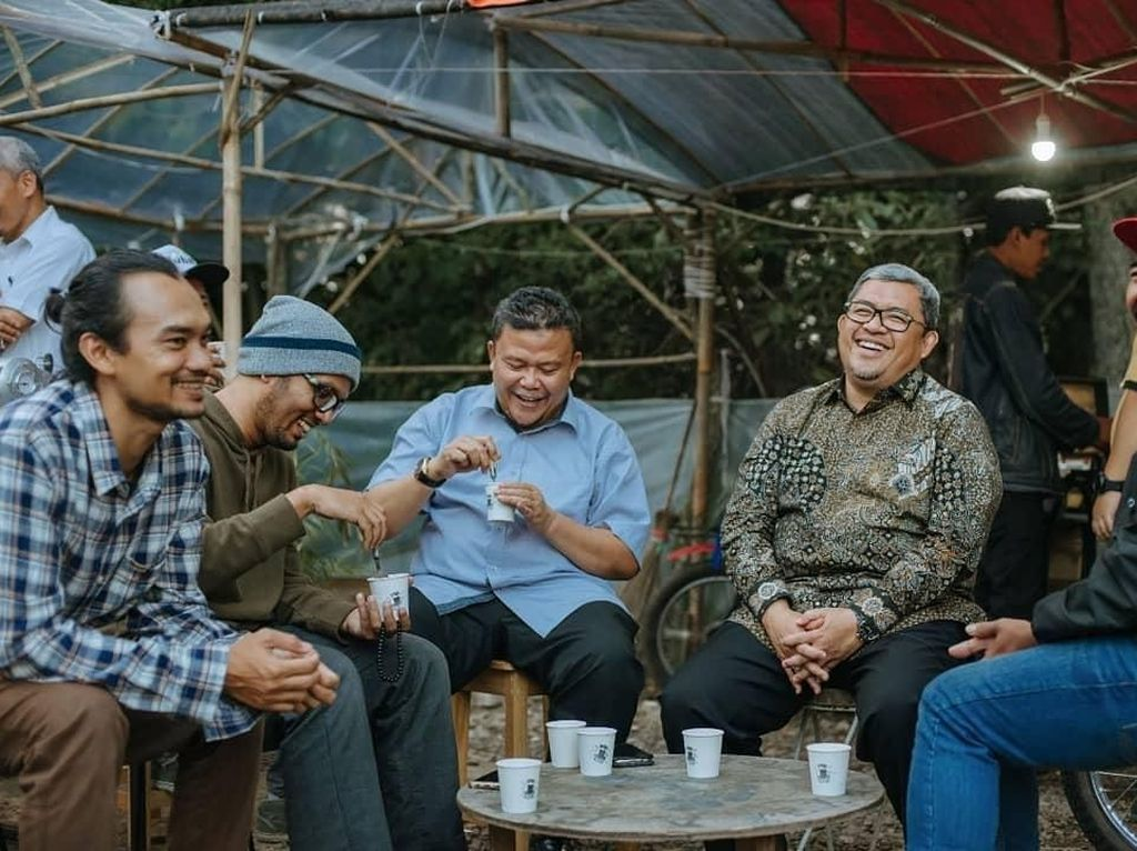 Gaya Ngopi Ustaz Hanan Attaki hingga Chef Arnold Poernomo yang Menyita Perhatian
