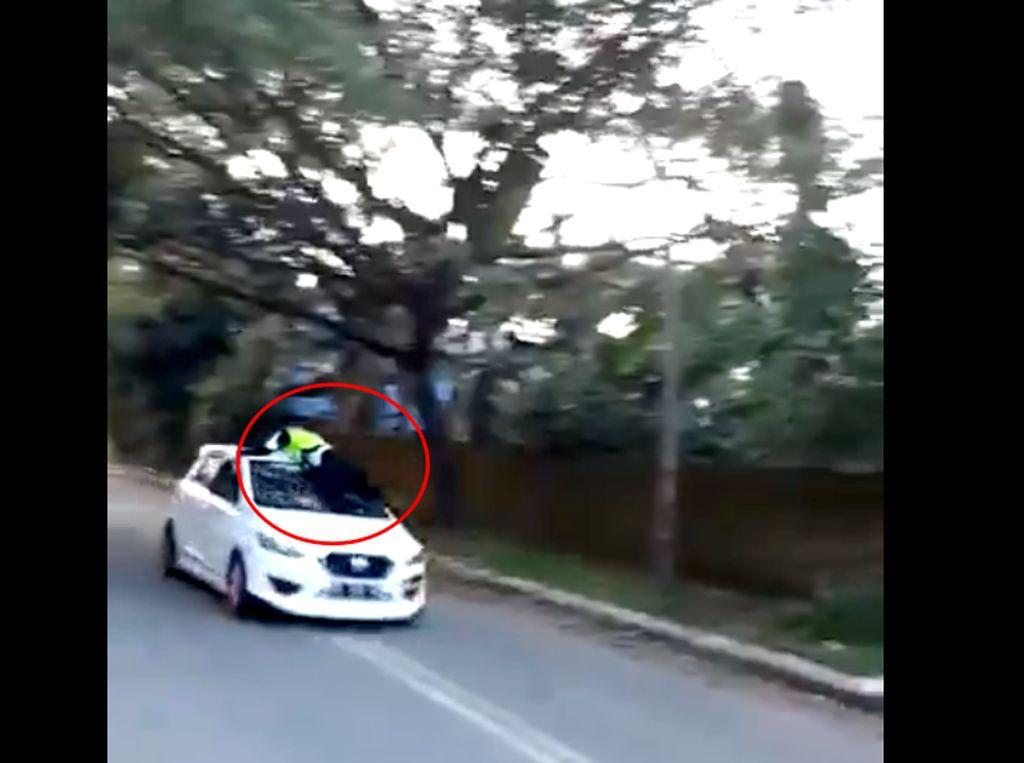 Foto: Momen Polantas Bergelantungan di Atap Mobil Oknum TNI