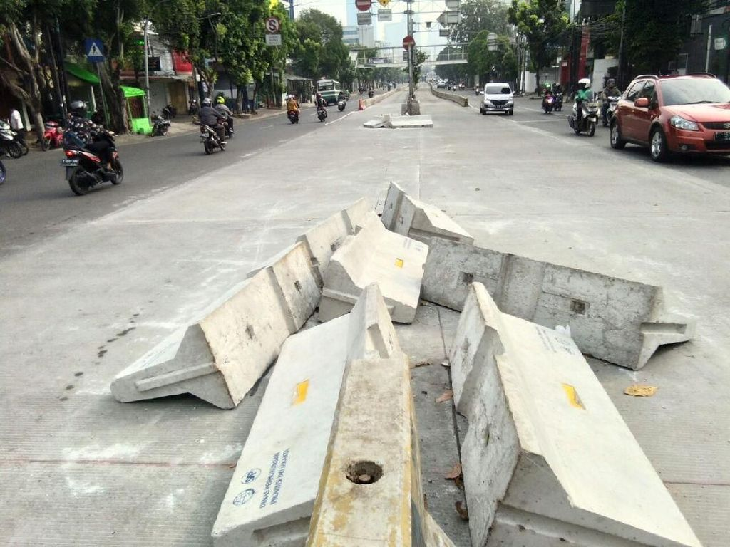 Separator Beton di Mampang Berantakan Menunggu Diangkut Dishub